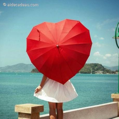 Parapluie rouge en forme de cœur, un accessoire plein de romantisme