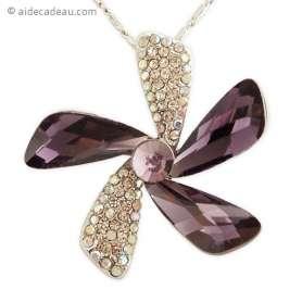 Collier chaîne argentée et pendentif forme de fleur en strass