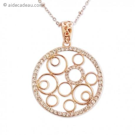 Chaîne dorée accompagnée d'un pendentif cercle serti de strass