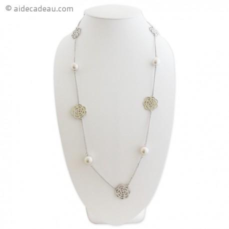 Collier argenté agrémenté de fleurs et de perles