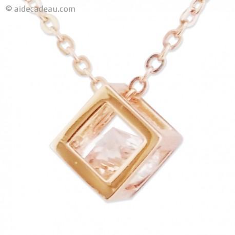 Le collier pendentif cube doré et faux diamant