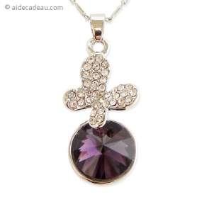 Collier argenté au pendentif papillon brillant sur une pierre violett