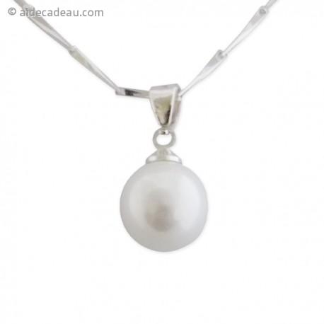 Collier avec un pendentif en perle blanche