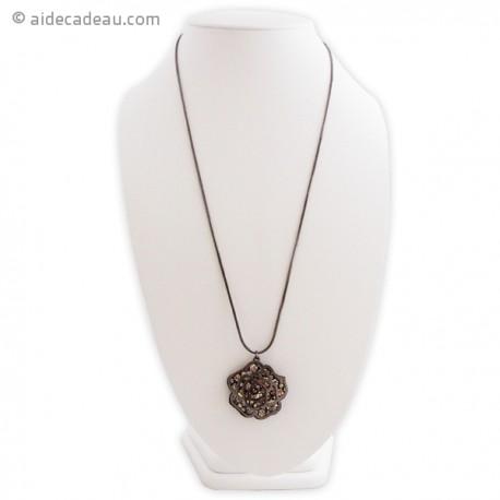 Long collier fin au mélange de l-argent et du chrome, et au pendentif