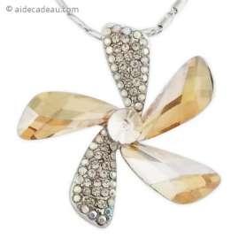 Joli collier argenté à pendentif en fleur brillant
