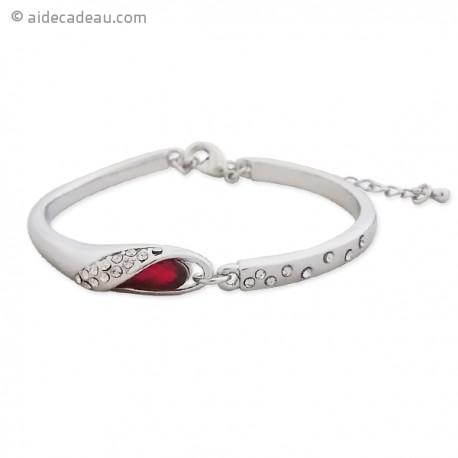 Le bracelet argenté, strass et fausse pierre rouge