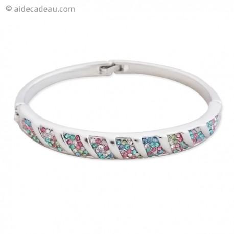 Beau bracelet rigide argenté serti, de strass de couleurs tendres