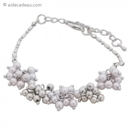 Bracelet de perles nacrées et de perles blanches formant des fleurs