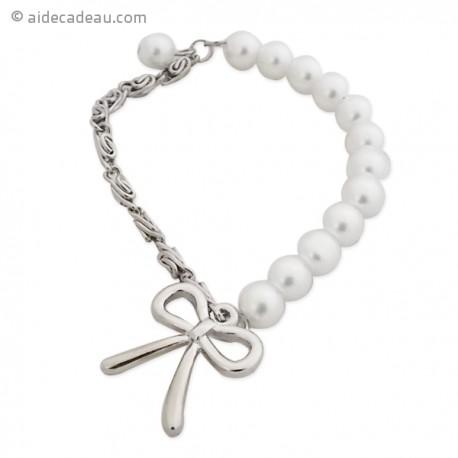 Bracelet extensible fait de perles blanches, de chaînes et nœud