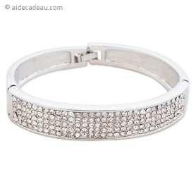 Le bracelet argenté large et strass