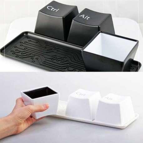 3 tasses touches d'ordinateur Ctrl, Alt, Del avec plateau