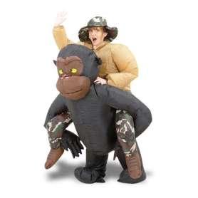 Costume gonflable aventurier sur le dos d'un gorille